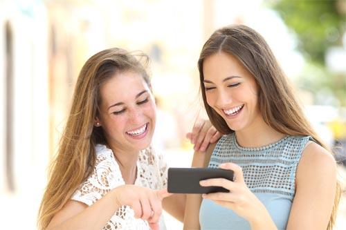 動画配信を楽しむ女性